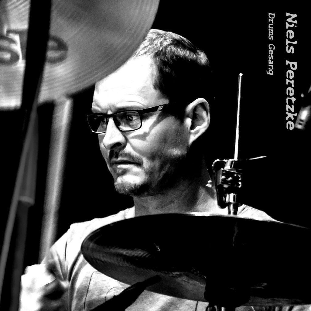 Niels Peretzke (Drums, Gesang)